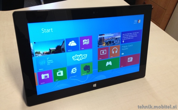 Tablica Microsoft Surface RT na mizi